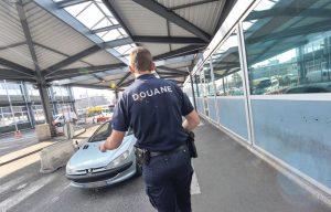 Passer les frontières avec chien - Douanier français