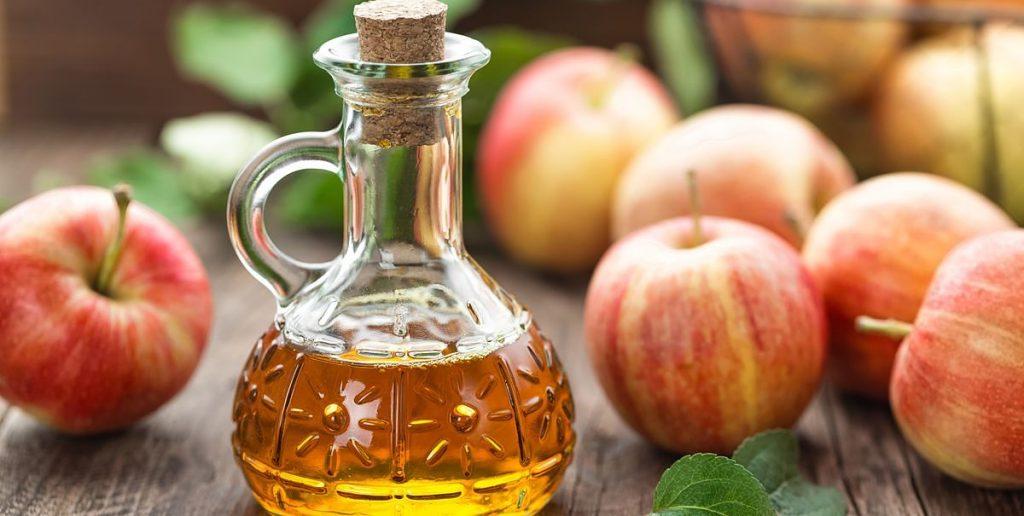 Vinaigre-de-cidre-en-bouteille-avec-pommes